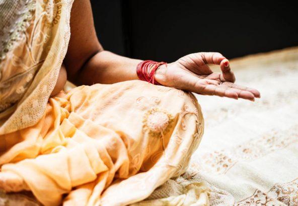 Meditierende Inderin